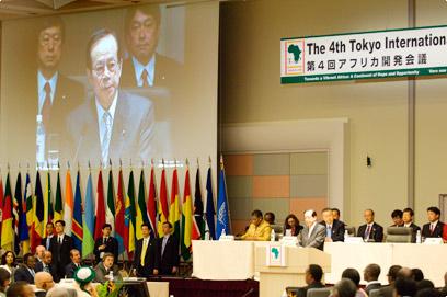 Prime Minister Fukuda addresses the closing plenary at TICAD IV in Yokohama
